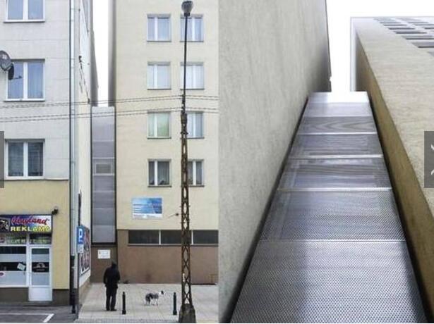 在波兰首都华沙有一栋世上最窄的房子,最窄处只有0.7米,最宽的地方也只有1.2米,两层楼加起来,面积还不足5平方米。这栋房子位于犹太人隔离居住区,建在两栋公寓的缝隙之间。