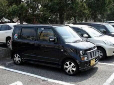 日本是一个汽车工业大国,二战之后日本就开始发展自己的汽车工业,日系车在世界各个国家的口碑和销量都不错。全世界人民都在开日系车,不知道日本人到底开什么车呢,去日本大街上看了一圈,我们心里有数了。